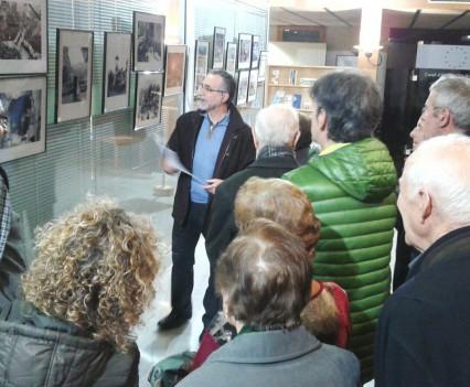 Xavier Pedrals explicant el contingut de l'exposició